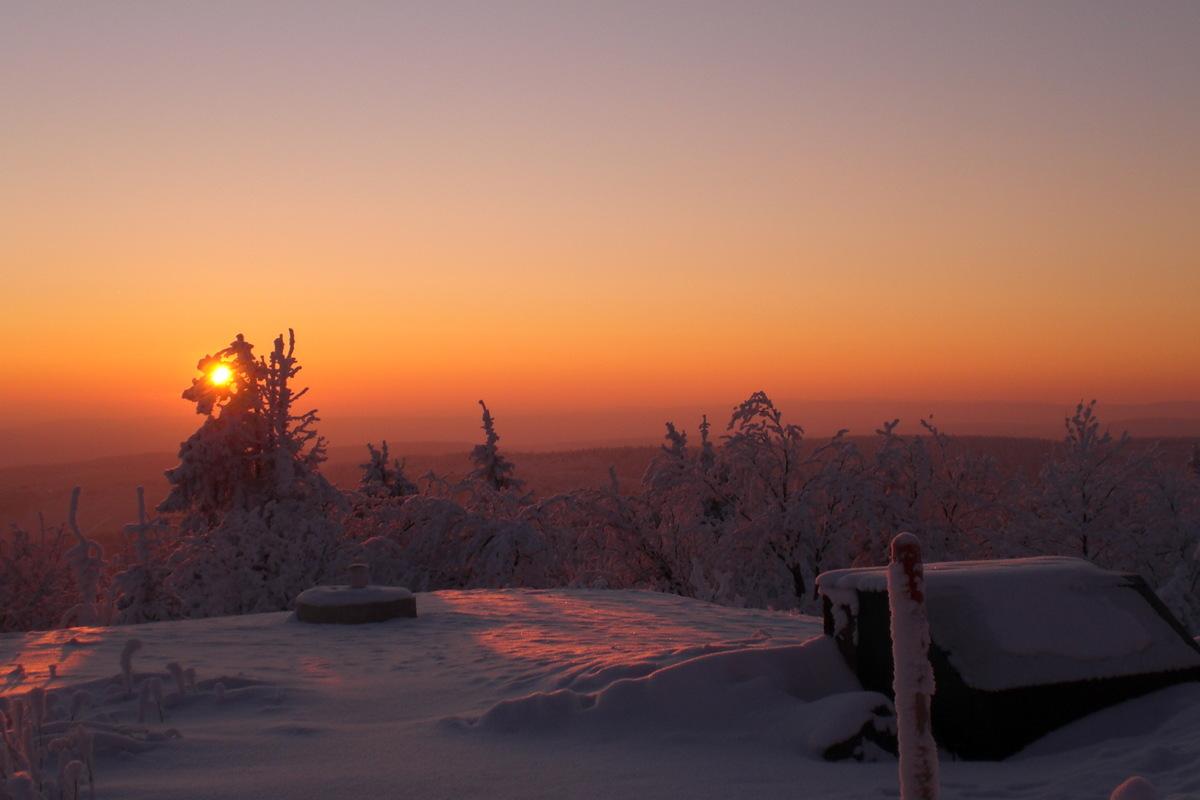 Bett mit Sonnenaufgang
